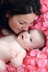 Mamma Bambina su petali rosa