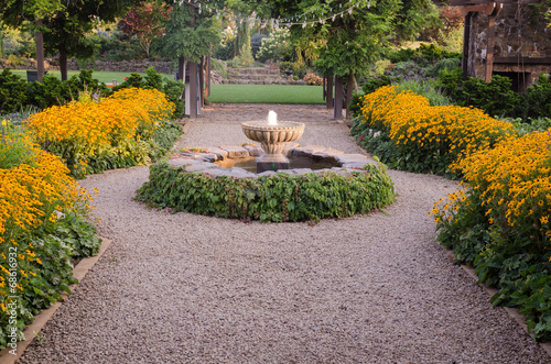 Leinwanddruck Bild Fountain Pathway