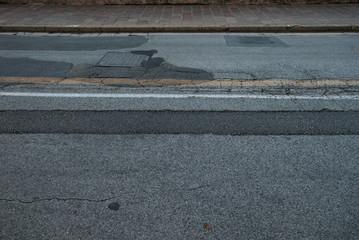 Strada, manto stradale rovinato, crepe e buche