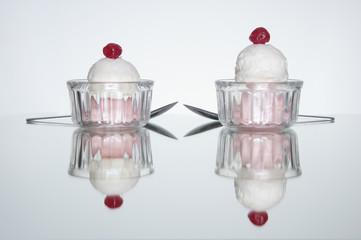 Reflejo de pareja de helados de fresa y vainilla con cereza
