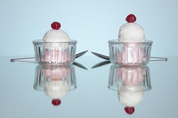 Reflejo de pareja de copa de helados en fondo azul