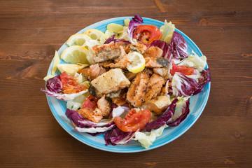 Salmone fritto con contorno di insalata