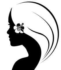 silhouette de jeune femme à la fleur d'hibiscus
