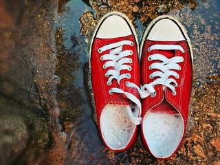 Scarpe sportive rosse piene di schiuma