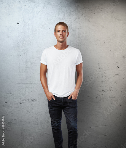 Man wearing t-shirt - 68626746