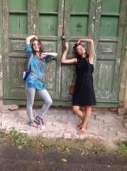 две девушки у старых зеленых дверей в храм