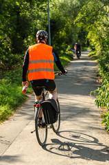 Fahrrad Fahrer mit Sicherheitsweste von hinten