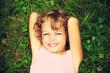 Bambina sul prato - 68628550