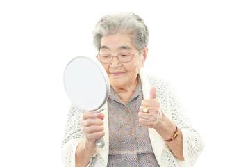 ヘアーセットに満足する高齢者
