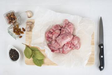 Carne de mollejas de cordero en la tabla de corte de la cocina