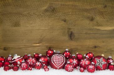 Hintergrund Holz mit Weihnachtsdekoration in Rot