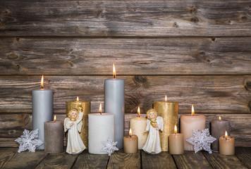 Dekoration Weihnachten mit Kerzen auf Hintergrund Holz