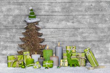 Christmas Shopping: weihnachtliche Dekoration in Grün mit Holz