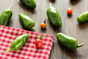 Rote und grüne scharfe Paprika