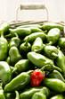Rote und grüne Jalapenos