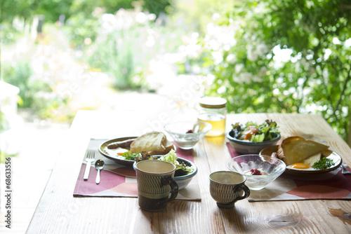 Fotobehang Boord 朝食 自然 緑 窓 テーブル