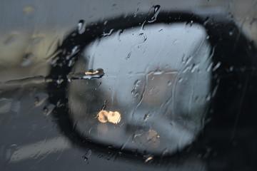 Pluie dans le rétroviseur