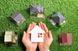 緑の芝生の上にたくさんの家が置いてあるビジネスシーン - 68634522