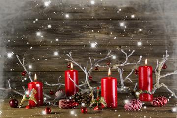 Weihnachtskarte: Dekoration Weihnachten mit vier roten Kerzen