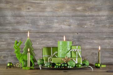 Weihnachten Gutschein: Geschenke in Grün auf Holz Hintergrund