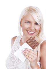 Glückliche Frau mit Schokoladentafel
