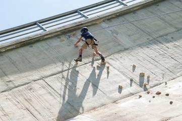 bambino che arrampica