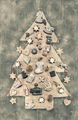 Natürliche Weihnachtsdekoration: Holz mit Plätzchen