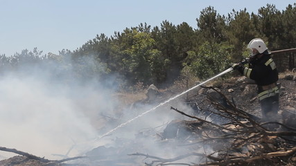 Daring rescue of emergency extinguish a fire in  large area