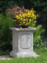 Blumenschale auf einem Steinsockel
