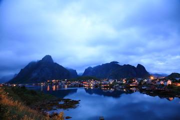 reine villaggio al tramonto isole lofoten norvegia