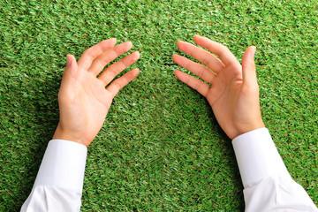 緑の芝生と自分の両手