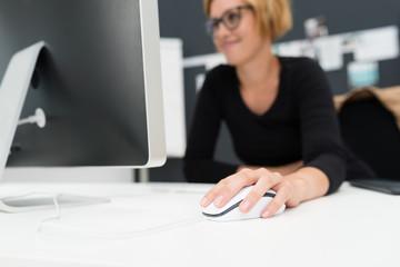 moderne, junge frau arbeitet am computer