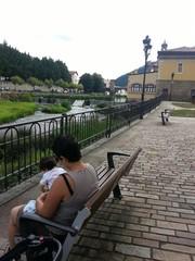 Madre e hija disfrutando frente al rio