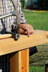 Fachwerkbau, Nagel in Holz schlagen