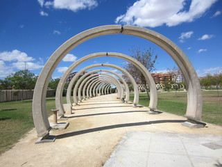 paseo con escultura