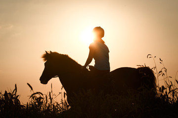 Reiterin vor Abendsonne