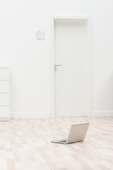 laptop in einem leeren raum