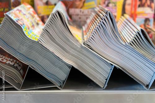 Des piles de magazines dans le kiosque Poster
