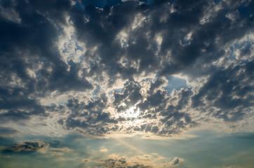 Cielo e sole coperto da nuvole