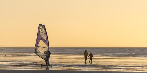 La plage de Quend-Plage un soir d'hiver.  Speed sail (planche à