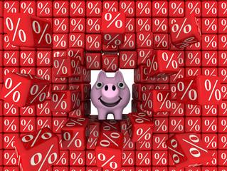 Свинка-копилка разбивает стену из кубиков с символом процента