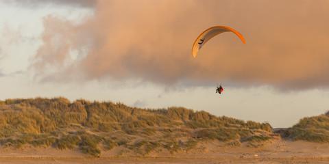 La plage de Quend-Plage un soir d'hiver. Parapente le long des d