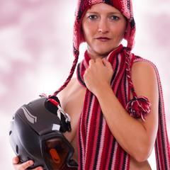 sexy Frau mit Schal und Mütz hält ein Snowboard Helm