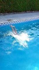 Niño tirándose de cabeza a la piscina