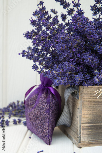 Keuken foto achterwand Lavendel Beautiful fragrant lavender bunch in rustic home styled setting