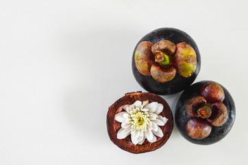 Тайский мангостин на белом фоне