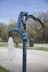 Wasserpumpe mit laufendem Wasserhahn