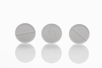 Drei weiße Tabletten mit Absatz Zeichen