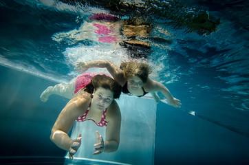 Zwei Mädchen tauchen im Pool