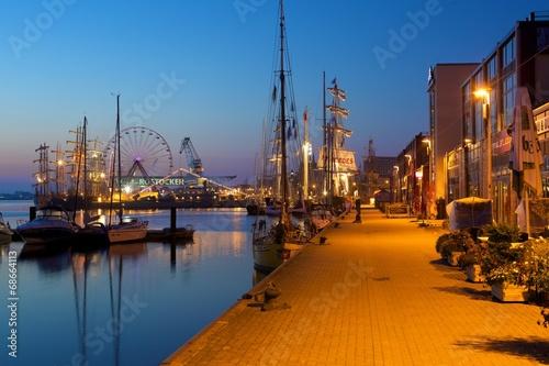 Hansestadt Rostock am frühen Morgen - 68664113